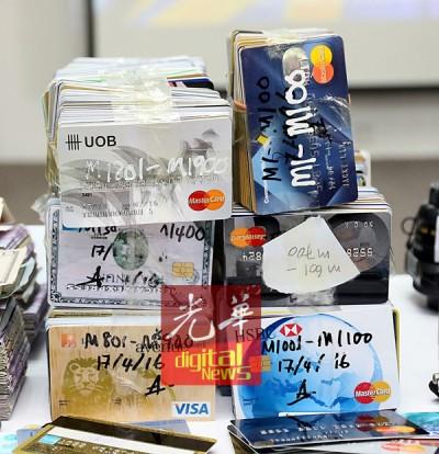 警方在行动中共起获2371张假信用卡、16万3234令吉现金、1400美金、250欧币、部分名牌货,以及制卡机器。