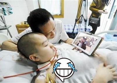 程姓男童在父亲耐心照顾下,目前已恢复意识。