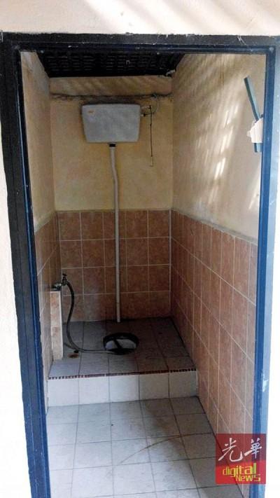 公厕门早已被拆走,如厕时将赤裸裸地背对外人。