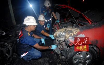 鉴证组在检查轿车烧毁程度。