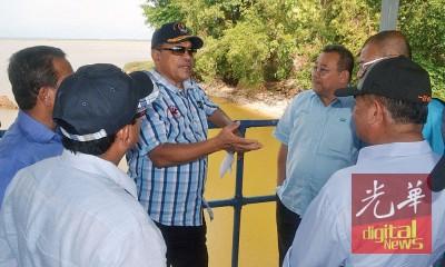 沙希淡(中)于巡视武吉美拉蓄水湖后,与官员们共商对策。