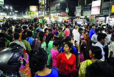 印度东北部有强烈震感,许多人有如惊弓之鸟般,纷纷走到街上避难。