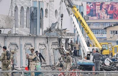 军警人员及爆炸现场展开考察。(法新社照片)