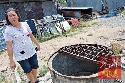 谢梅有望着快干的水井,十分无奈。