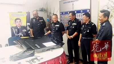 阿都拉(左2)在建功警官陪同下,展示起回的部份贼赃,右1是阿米尔。