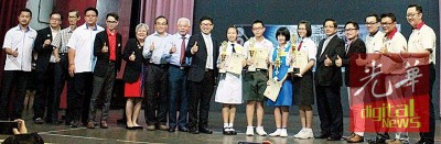 冠亚季及第四名得主与颁奖人等合影;左9颜明达及右5郑荣兴。