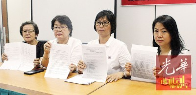 陈赛珍(右2)以甘碧霞、张锦菁及郭秀春陪下举行记者会。