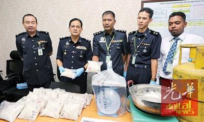 拉迪夫(左2打)跟万罗斯里亮所起获的毒品。