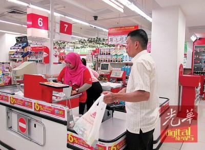 霹雳州实行「无塑料袋及保丽龙」措施,消费者购物时需自备环保袋。