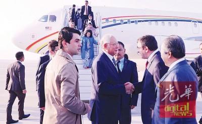 纳吉周三抵达土耳其时,与在场迎接的土耳其发展部长耶尔马兹握手问好,右为大马外交部长拿督斯里阿尼法。