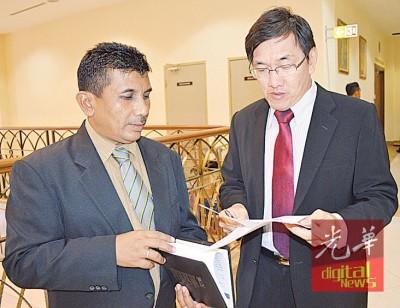 许福光(右)感谢这三年来,默默协助他的助理里端(左),及知知丁宜选区服务中心的助手们。