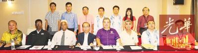 何子孟(右5) 与4团体代表联合召开记者会呼吁政府检讨冻结聘请外劳政策。坐者右起黄明耀、邓翰东、符祥福、黄新德、慕都沙米及G.南加尼。