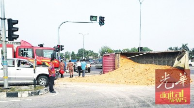 红泥罗里行驶中在红绿灯处失控翻覆,红泥倒泄路中。
