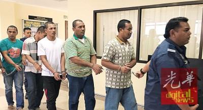 5号称印尼籍被告闻讯后吃押出法庭。