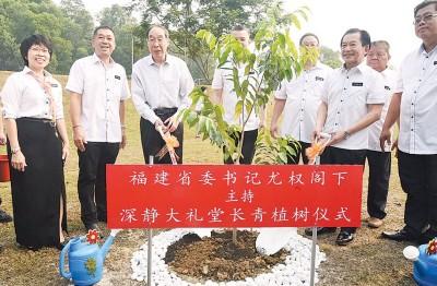 尤权(左3自从)以及李深静当人口,也充分静大礼堂主持植树仪式。左起为黄燕辉与高祥威。