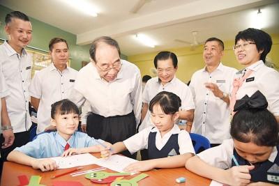 尤权(左3自从)以及李深静询问学生的教授情况。