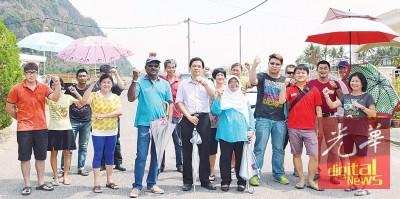 加央珍珠园居民支持曾敏凯(前排左5)阻挡Perlis Comm在他们的家园安装电讯塔。