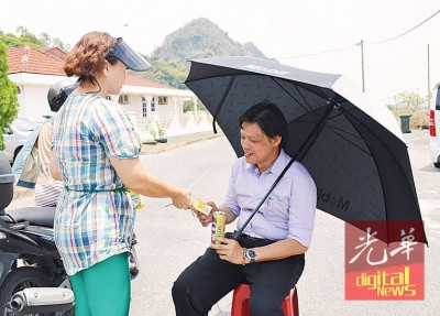 居民不忍心曾敏凯晒着烈阳,纷纷送上饮料让他解暑。