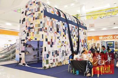 全球最大手提包目前于阿尔玛永旺广场展出,民众可前来了解及尝试缝纫艺术。