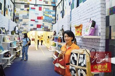 谢月明率领媒体参观全球最大手提包,并展示数款设计独特的DIY手提袋。