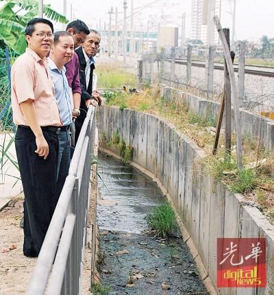 朝于天桥底下的渠道交界处建造一个缓冲水涵,受排水顺畅。