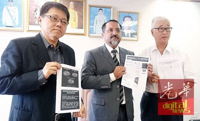 佳日星(中)在黄泉安(左)及彭文宝的陪同下指出,州政府要求一马房屋降低于浮罗山背的房屋计划价格。