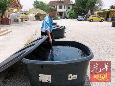 谢日辉指出,峇甲峇打暹樾为泼水节准备6大桶净水。