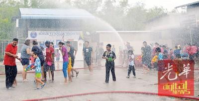 义务消防队到场喷水花,让嬉水的玻州民众更欢腾。