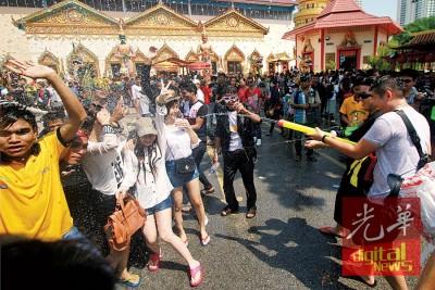 今年在槟城缅甸佛寺的泼水节盛会,或只提供限量水源供民众参与。