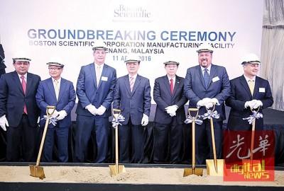 李志亮(中)主持波士顿科学公司在峇都加湾工业区新厂动土礼仪式。右3林冠英及左2起大使约瑟夫、依华麦克。