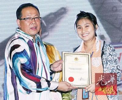 依斯迈阿末(左起)通告感谢状给予本报,鉴于记者刘淑惠代领。