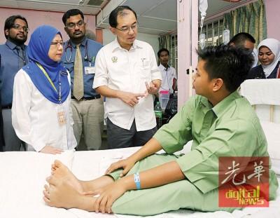 马汉顺(前右)和茱莉达(前左)在事发隔日在打巴医院探望其中1名食物中毒的学生。