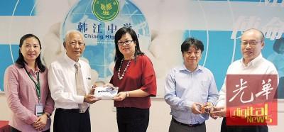 黄赐兴(左二)及总务李瑜槟(右一)赠送纪念品予林丽燕(左三)及杨友安(右二),左一为江美俐。
