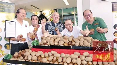 邱武林(左3)联同苏鼎顺(右)、谢丕俐(左2)、陈保褣(左)及李治安在美国马铃薯摊口前赞好。