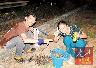 陈文国与友族夫妇捕获大量淡水虾。
