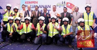 依斯迈阿都慕达立(后排右5)啊全国上班安全运动主持推介礼。左2自打吗莫哈最终卡里斯、李霖泰、莫哈最终阿兹曼、捷鲁安努捧、阿德南和阿布胡莱拉。