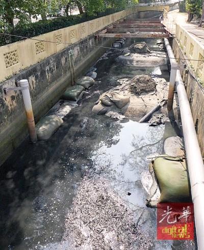 酒店业者投诉刻进行梳理工程的河道飘出恶臭,引起游客大吐苦水。