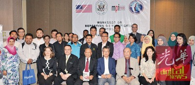 """出席2016""""贩卖人口报导""""工作营的媒体代表与美国驻马大使尹汝尚合影。"""