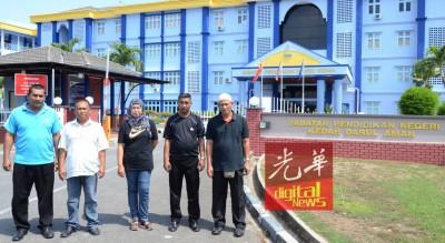 求见教育局长的4校保安人员表示在教育局前合影,右起依里斯、沙希淡、西蒂诺阿菲亚娜、卡尼与慕沙。