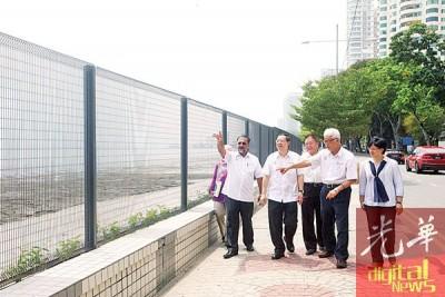 林冠英(左2)以优质日星(左起)、林峰成为、彭文宝和叶舒惠之伴随下前往新关仔角巡视东家集团筑起围篱的工程。