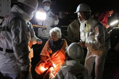 凌晨再遇强震,救援人员协助长者灾民从民居中疏散。(Getty Images)
