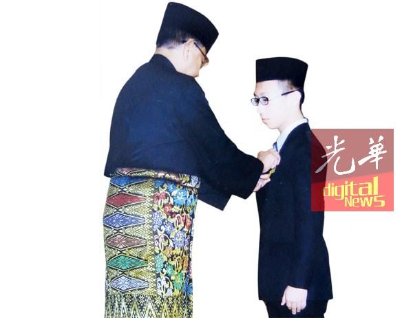管子竣荣膺BSK星章,由吉打州摄政王理事会主席丹斯里东姑沙烈胡汀颁发。