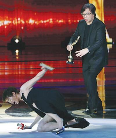 梁咏琪上台颁奖惨摔。