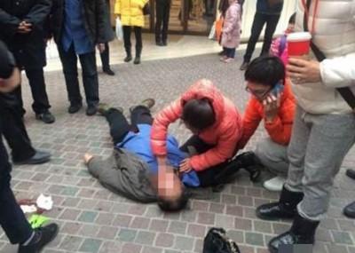 """女医生高文锦两年前还是研究生时,曾在好心街头救治病人,却遭病人指责""""怎么随便掐我""""!"""