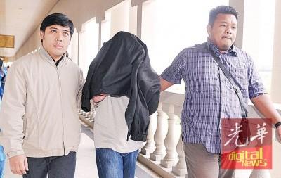 57东的奥曼阿萨(受)星期四于指控涉贪逾3840万令吉,只是他不认罪。
