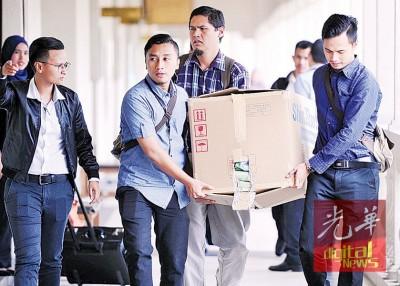 反贪会官员抬着一大箱的公文上法庭,也青体部高官的根本涉贪案检控作准备。