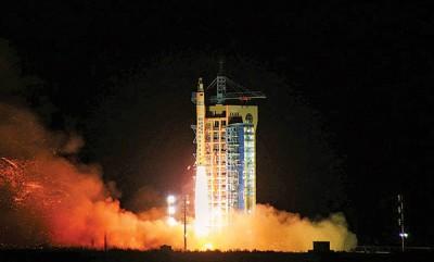 """中国首枚微重力返回式科学实验卫星""""实践十号""""成功发射升空。"""
