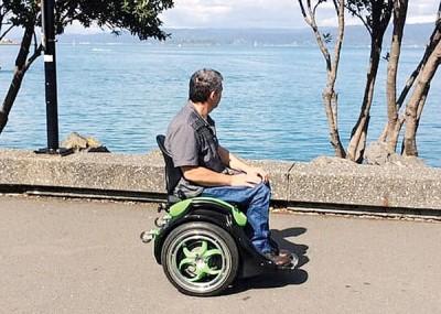 自动平衡轮椅,不需双手控制。