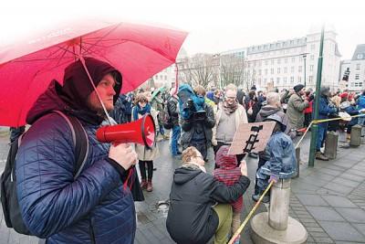 示威民众周五持续以国会大楼前示威,渴求召开新选。(法新社照片)