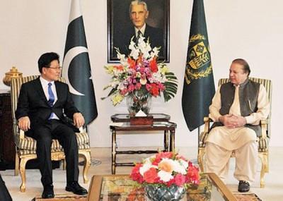 张春贤(左)看中,会巴基斯坦总理谢里夫(右)。
